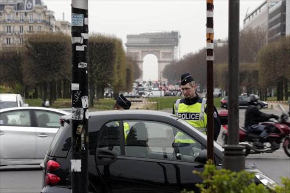 control-policial-vehiculos-centro-br-de-paris-cerca-del-arco-del-triunfo-1476305497890.jpg