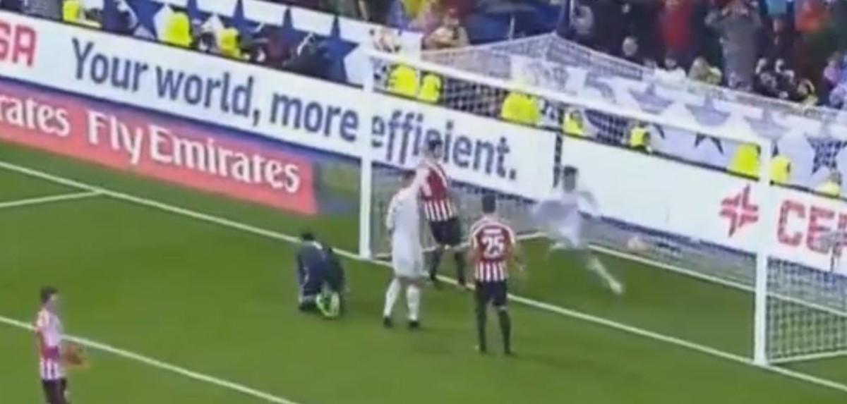 Cristiano ronaldo pide fuera de juego en el gol de un for En fuera de juego