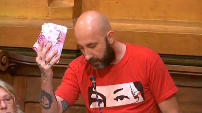 La CUP indigna el ple al llançar-li bitllets falsos