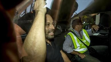 El expresidente del Barca Sandro Rosell sale detenido de su domicilio en la calle Deu i Mata por la guardia civil