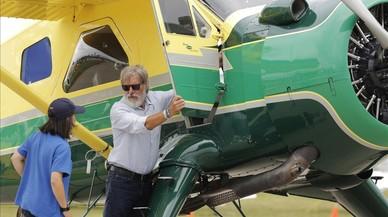 Harrison Ford promociona la aviaci�n invitando a volar con �l en su avioneta a una adolescente.