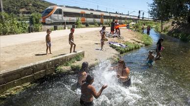 Varias familias con ni�os se ba�an en la zona menos profunda del Rec Comtal, enla entrada de Barcelona por Montcada, este mi�rcoles.