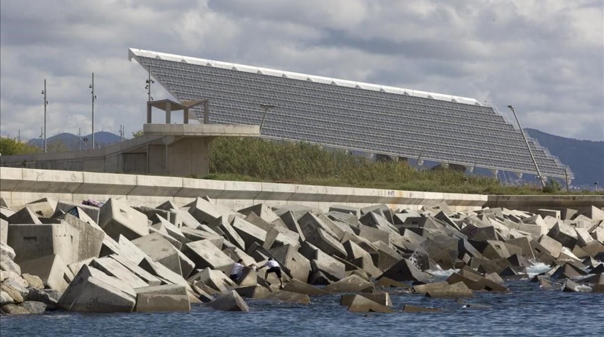 Las grandes eléctricas se quedan fuera del contrato municipal de la luz de Barcelona