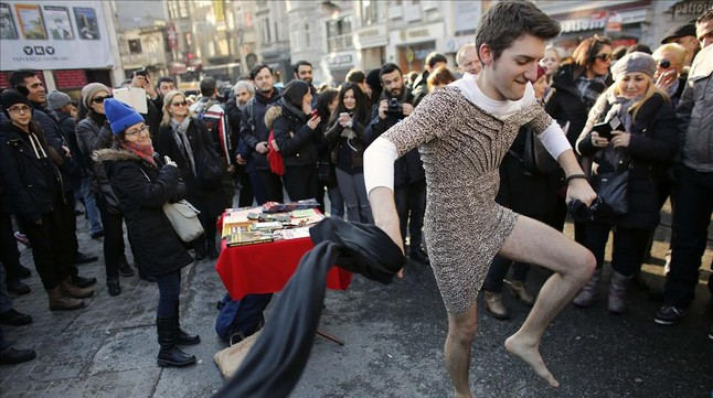 Hombres en minifalda protestan asesinato joven en minifalda - Como son los banos turcos ...