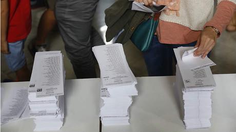 Las papeletas para las votaciones en la Escola Industrial.