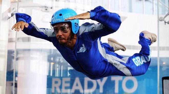 Lewis Hamilton se divierte en Bahr�in practicando 'skydiving'