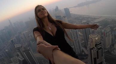 La 'top' Viki Odintcova es juga la vida per unes fotos en un gratacel de Dubai