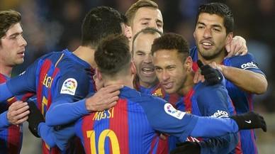 Los jugadores del Barça, tras el gol de Neymar.