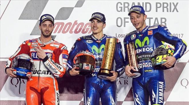 Maverick Vinales, flanqueado por Andrea Dovizioso y Valentino Rossi en el podio de Losail.