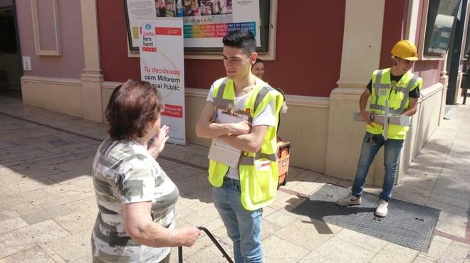 """Un miembro del equipo de """"captadores de propuestas"""" de Gav�, contratado por el Ayuntamiento dentro de la campa�a 'Junts fem barri'."""