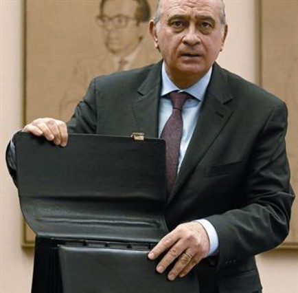 Una norma pactada pondr fin al limbo legal de los cie for Escuchas ministro del interior