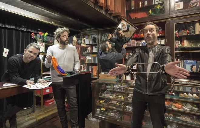 El grupo Love of Lesbian posa (y se divierte) en la tienda El Rei de la Màgia (calle de la Princesa, 11).