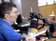 El paciente Bill Kochevar, tetrapléjico, logra moversu brazo.