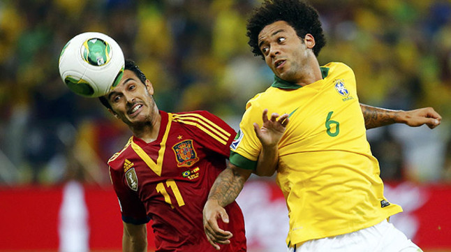 Pedro cabecea un balón ante Marcelo
