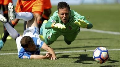 El portero brasile�o del Valencia Diego Alves comete penalti sobre el centrocampista argentino del Legan�s Alexander Szymanowski.