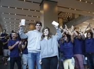 Roger Rib� y Clara Bay�s, los primeros en comprar el iPhone 7 en Barcelona.