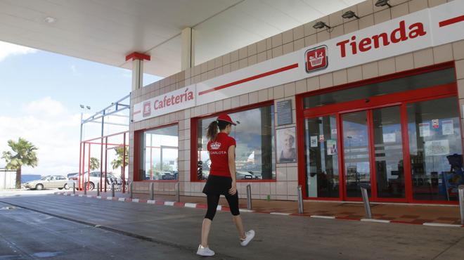 Sis treballadores d'una gasolinera de Còrdova denuncien el seu acomiadament per negar-se a dur minifaldilla