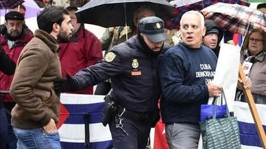 Partidaris i detractors de Castro s'enfronten davant de l'Ambaixada de Cuba a Madrid
