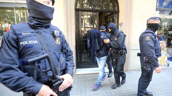 Uno de los detenidos en un domicilio de la calle Viladomat de Barcelona.