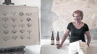Waltraud Maczassek posa junto a los bocetos con los que ha trabajado la etiqueta del vino que lleva su nombre.