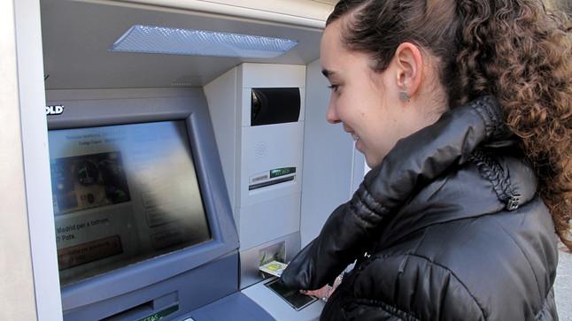 La caixa instala los primeros cajeros en los que no es for Cajeros barcelona