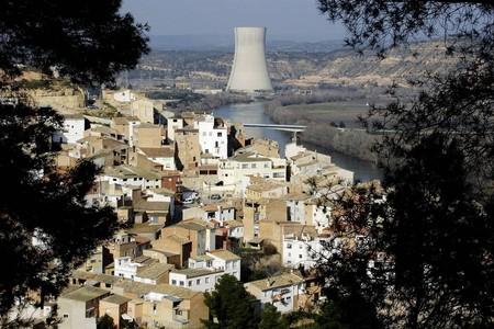 Imagen del municipio tarragonés de Ascó con la central nuclear al fondo.