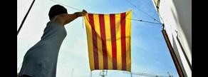 Una chica cuelga la bandera catalana en la terraza de su casa para la Diada del 2004.