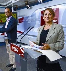 Els diputats socialistes Antonio Hernando i Inmaculada Rodr�guez Pi�ero exposen la posici� del PSOE sobre els desnonaments, ahir.