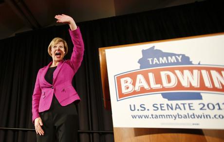 La senadora demócrata Tammy Baldwin saluda a sus seguidores, anoche en Madison (Wisconsin).