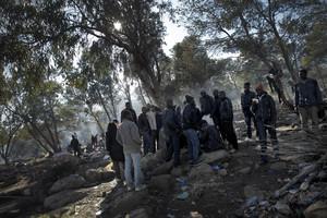 Immigrants que volen passar il·legalment la frontera de Melilla.