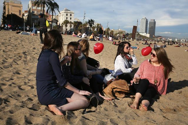 Un grupo de chicas de Pensilvania toman el sol en la Barceloneta.