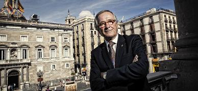 El alcalde Xavier Trias posa en el balc�n del ayuntamiento con la Generalitat al fondo, tras la entrevista concedida a EL PERI�DICO.