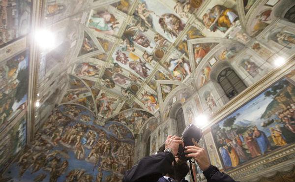 7.000 puntos LEDiluminan el fresco de Miguel �ngel 'La Creaci�n de Ad�n'.