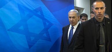 Netanyahu (izquierda) a su llegada al Consejo de Ministros, ayer en Jerusal�n.