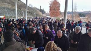 Colas en los accesos a la Pista Cubierta de Atletismo de Sabadell, donde se celebra la asamblea de la CUP, este domingo.