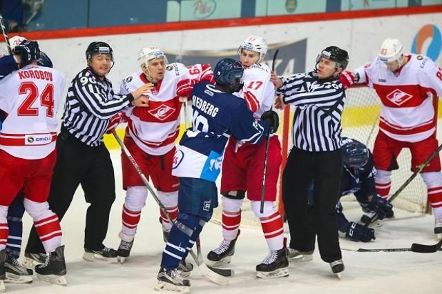 Edwin Hedberg, jugador del Medveskak de Zágreb, increpado por los rivales del Spartak durante el partido de la Liga Continental de Hockey disputado en Moscú.