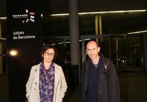 La redactora de EL PERIÓDICO,María Jesús Ibáñez, y el fotógrafo,JosepGarcía, en la Ciutat de la Justícia de Barcelona.