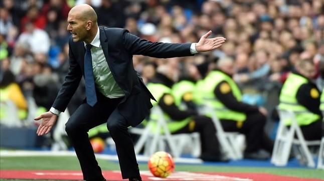 Zidane gesticula durante el partido del Madrid con el Athletic en el Bernabéu.