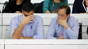 Sánhez y Luena durante el comité federal del PSOE, el pasado abril, en Madrid.