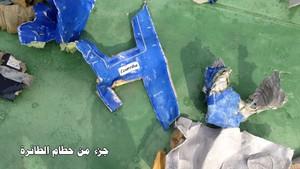 Restes de lavió dEgyptair trobades pels equips de rescat al Mediterrani.