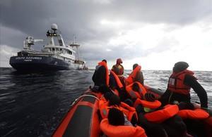 El vaixell Golf Azzurro, de loenagé Proactiva Open Arms, rescata 112 immigrants a bord dun bot a la deriva davant de la costa de Líbia.