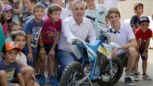 Alex Márquez, rodeado de niños y junto al director general de Rodi, Josep Esteve