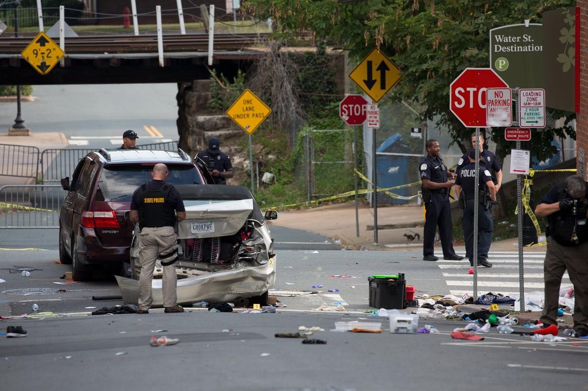 La policía inspecciona la zona del atropello masivo en Charlottesville.