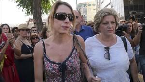 La hermana de Juana Rivas, Isabel, en el centro de la imagen, a la salida del juzgado de Granada.