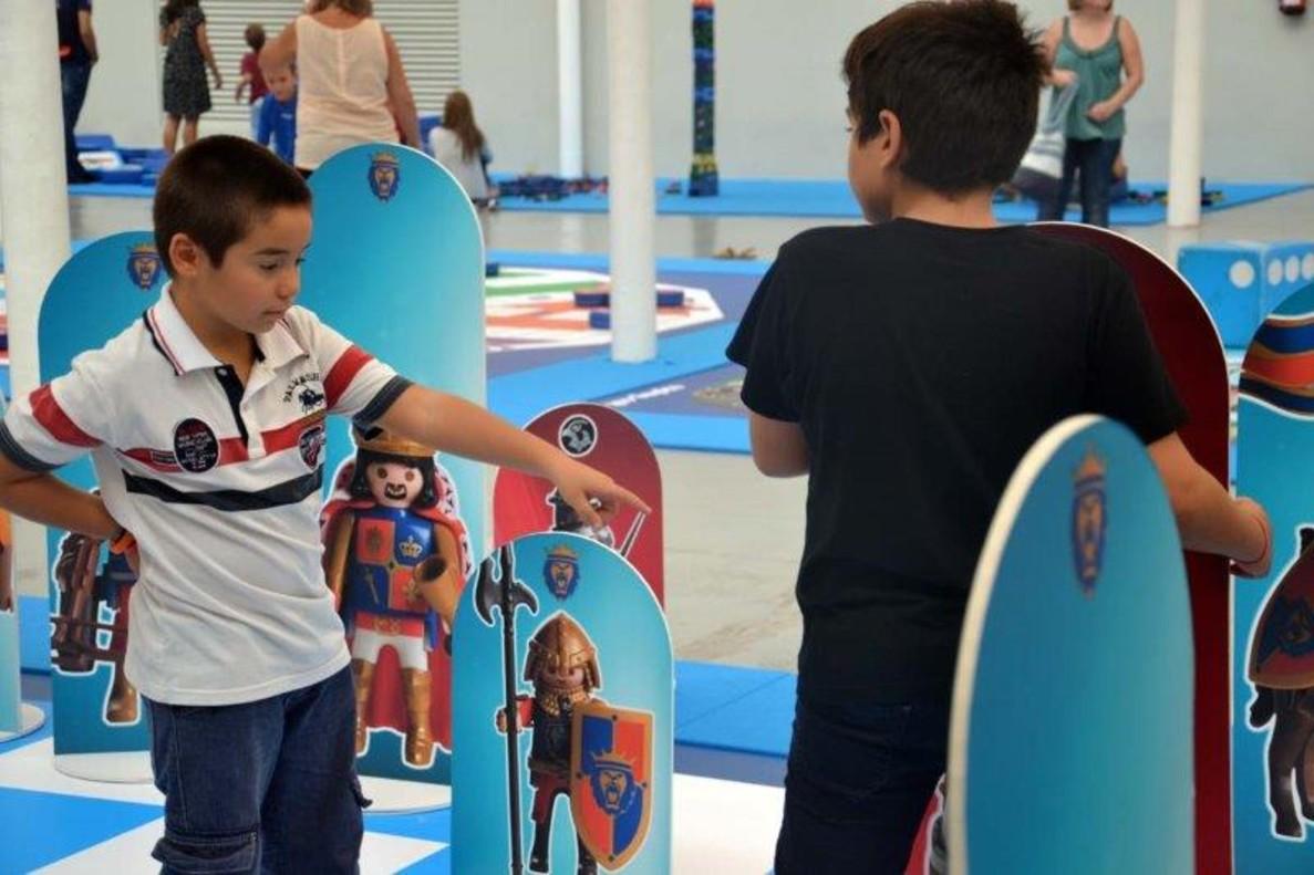 Dos niños juegan en el universo Playmobil.
