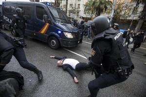 Una de las cargas policiales del 1-O en <br/>la escuela Ramon Llull, en Barcelona.