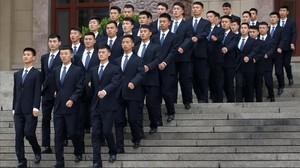 Agentes de seguridad chinos en formación a las afueras del Gran Palacio del Pueblo.