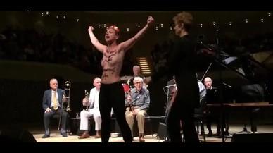 Activistas de Femen irrumpen en el concierto de Woody Allen