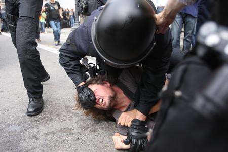 Miles de personas ocupan la plaza de Catalunya en protesta por la carga policial