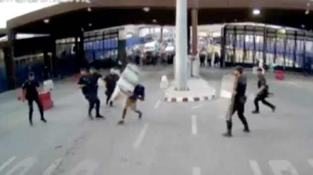 """Ataca amb un ganivet un policia a la frontera de Melilla al crit d'""""Al·là és gran"""""""